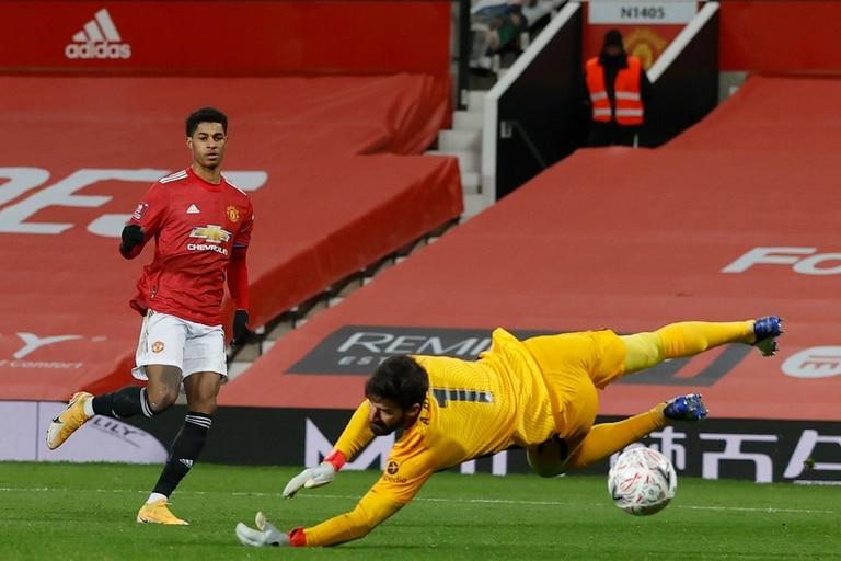 La estocada de Marcus Rashford para anotar el 2-1 parcial de Manchester United sobre Liverpool, por los 16os de final de la FA Cup.