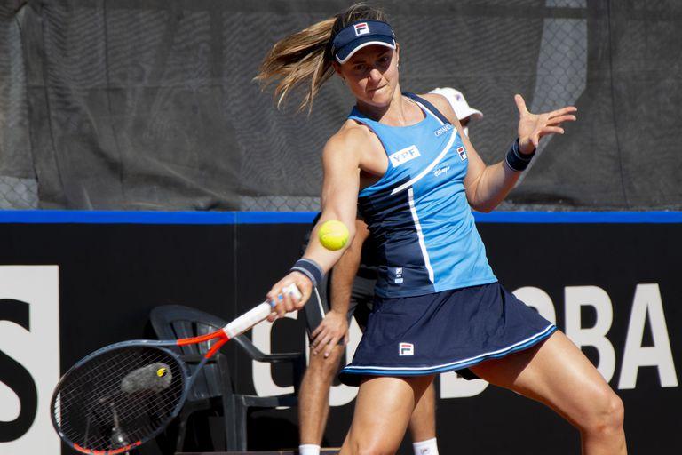 Nadia Podoroska lidera el equipo argentino en la serie contra Kazajistán en Córdoba, pero debe reponerse de la derrota inicial.