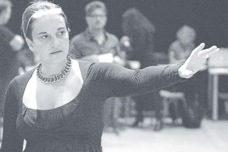 Emma Dante en plena acción de directora