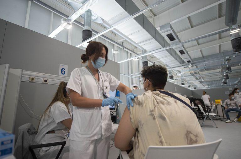 13-07-2021 Un joven recibe la primera dosis de la vacuna xxxx en el Hospital Zendal el día que comienza la vacunación a jóvenes madrileños a partir de 16 años, a 13 de julio de 2021, en Madrid (España). El pasado 9 de julio desde la Consejería de Sanidad de Madrid se anunció que los jóvenes madrileños a partir de 16 años podrían recibir la vacuna contra el coronavirus desde hoy y pedir cita a partir de ayer. SALUD Alberto Ortega - Europa Press