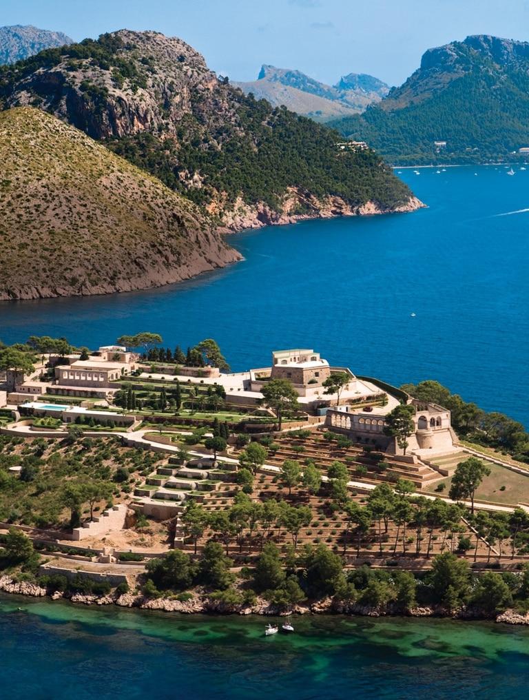 Considerada una de las propiedades privadas más caras de Europa, tiene casi nueve hectáreas, siete casas, incluido el castillo, dos piletas y helipuerto