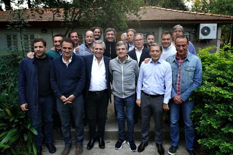Una año atrás, Alberto Fernández posaba junto a los intendentes y Máximo Kirchner, ausente en los últimos encuentros
