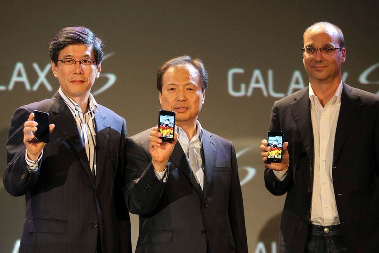 Andy Rubin (der.) junto a ejecutivos de Samsung de SK Telecom en el lanzamiento del Samsung Galaxy S de 2010