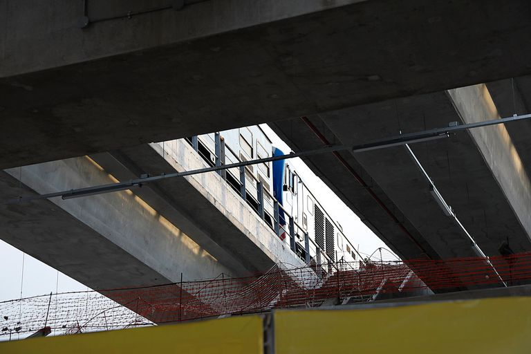 Los trenes pasan por el viaducto, pero no se detienen en la estación Villa Crespo del San Martin que aún no fue finalizada