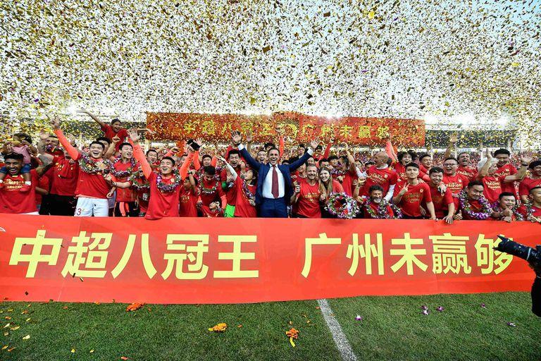 Fabio Cannavaro y el resto del equipo Guangzhou Evergrande, durante los festejos de la final de la Superliga China, 1 de diciembre 2019