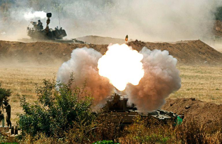 Fuerzas del Ejército israelí disparan proyectiles de artillería hacia la Franja de Gaza desde una posición a lo largo de la frontera con el enclave palestino