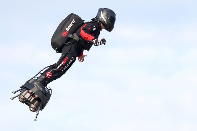 Vestido de negro y rojo, con arnés y casco, despegó rumbo a la bahía de St. Margaret, sur de Inglaterra, donde aterrizó 22 minutos más tarde