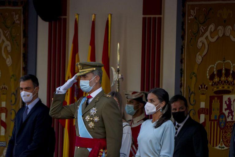 """El rey Felipe de España, en el centro, saluda junto a la reina Letizia, a la derecha, durante un desfile militar para celebrar una festividad conocida como """"Día de la Hispanidad"""" en Madrid (AP /Manu Fernandez)"""