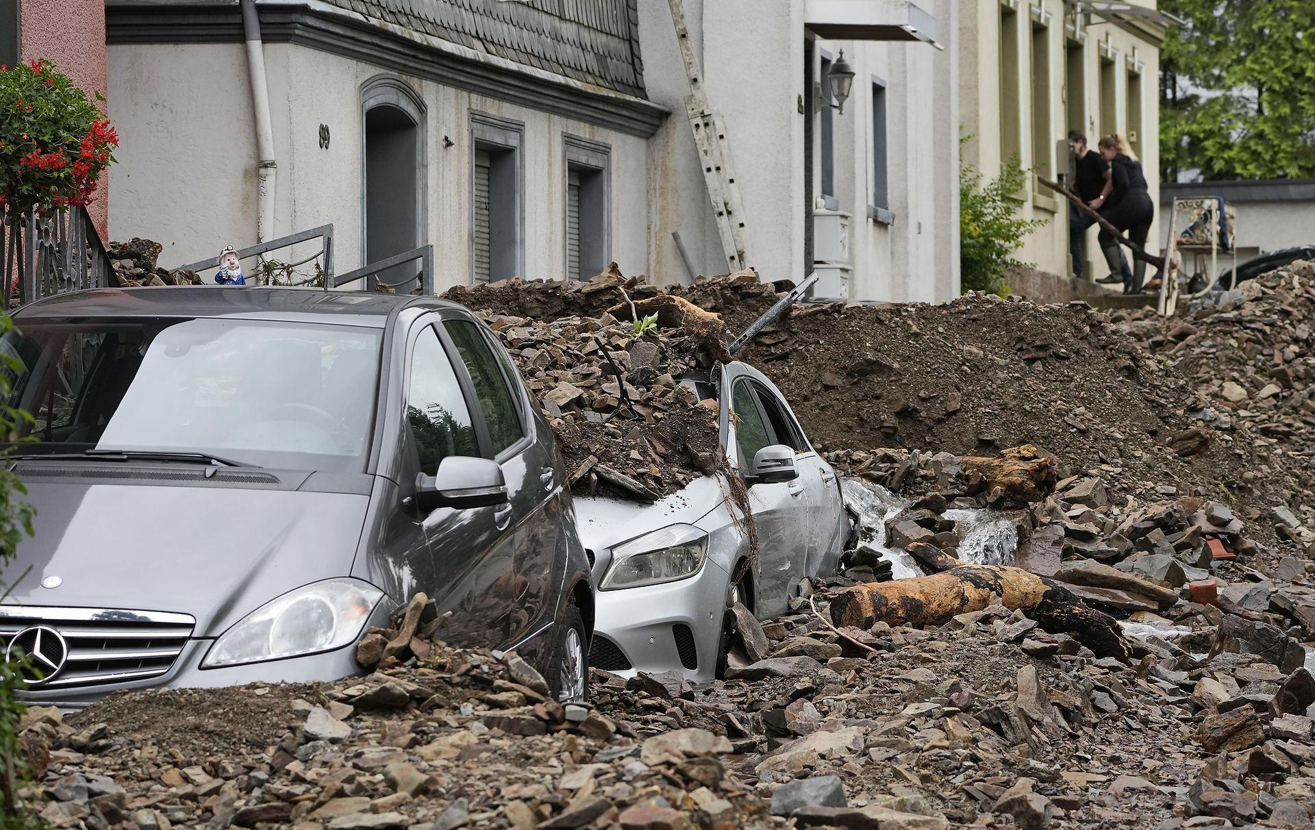 Los autos estacionas en la calle quedaron cubiertos de escombros
