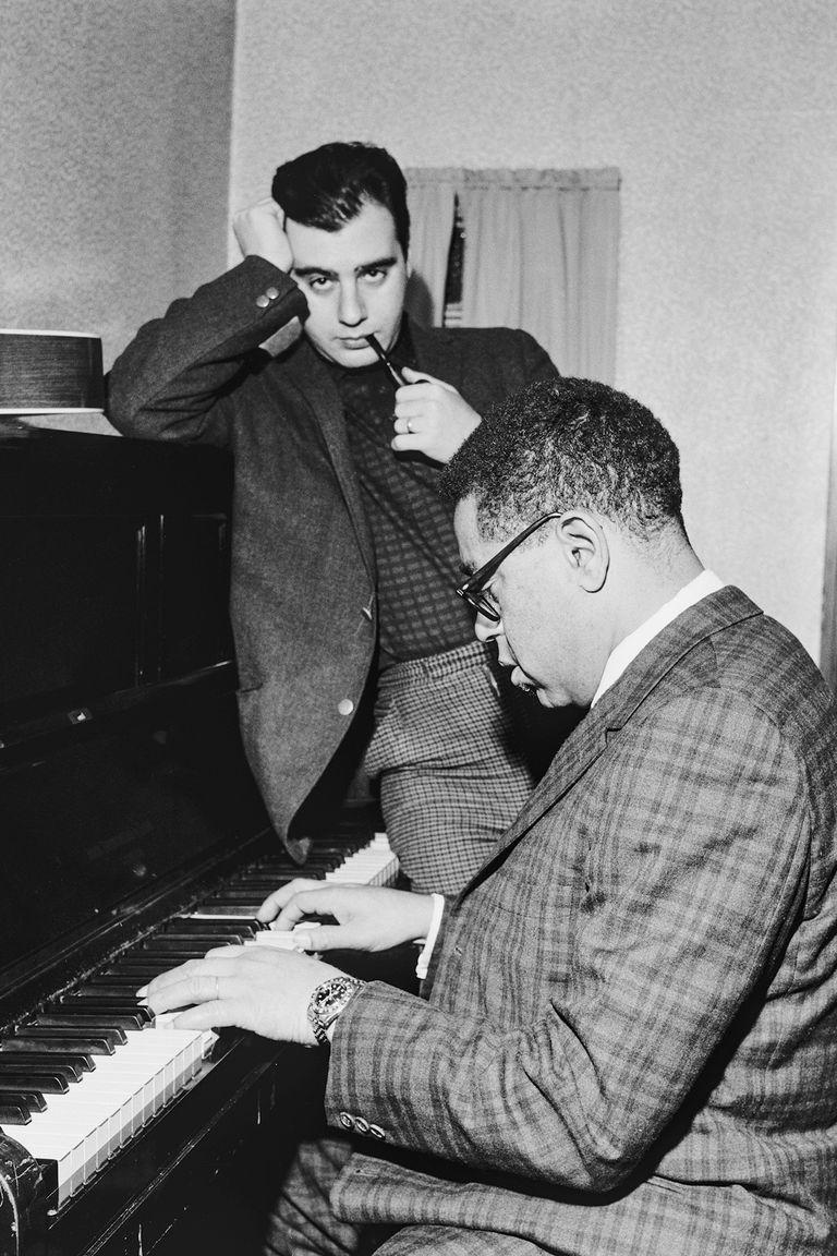 Lalo y Dizzie Gillespie, figura legendaria del jazz, que le dio lugar en su banda, circa 1960