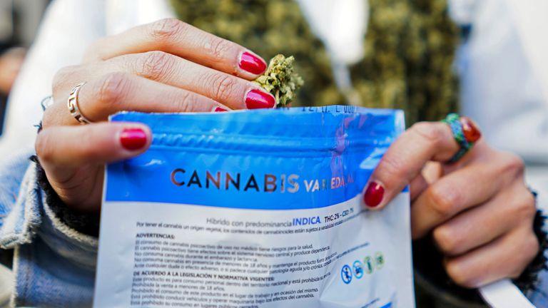 El plan de Uruguay para que los turistas también puedan comprar marihuana de manera legal