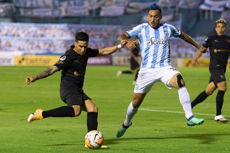 Jonathan Menéndez, que salió lesionado en el primer tiempo en Independiente, intenta escapar de la marca de Monzón