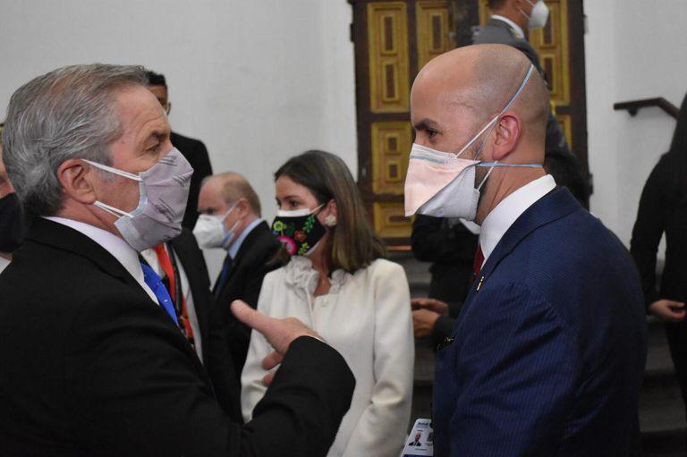 El canciller Solá conversa con Juan González en Quito. Prensa Cancillería.