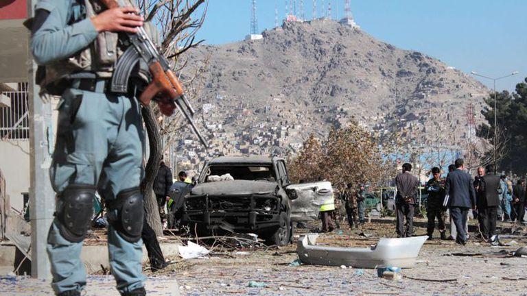 El lugar del ataque con carro bomba que tenía como objetivo a Shukria Barakzai en Kabul, en noviembre de 2014.