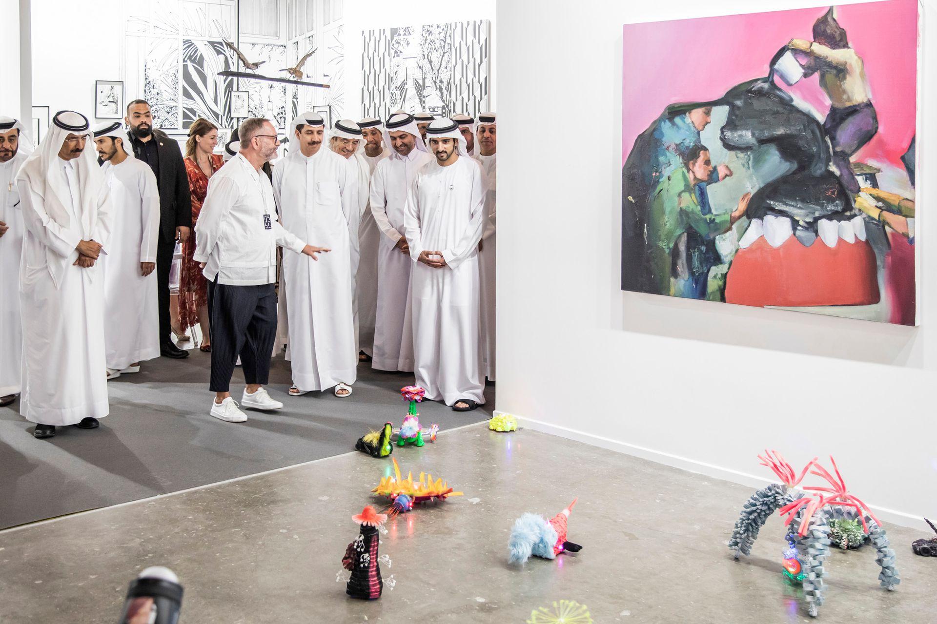 El príncipe Hamdan bin Mohammed Al Maktoum recorre Art Dubai, antes de la apertura