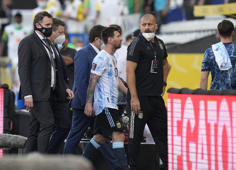 El argentino Lionel Messi abandona el campo