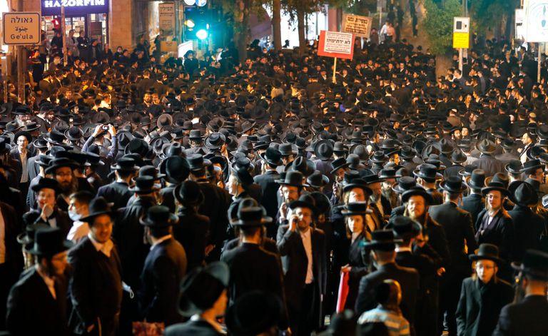 Judíos ultraortodoxos se reúnen para protestar contra las restricciones impuestas por el gobierno israelí para frenar los casos de Covid-19, en el barrio religioso de Mea Shearim en Jerusalén
