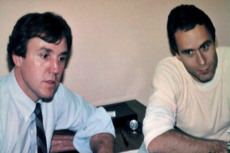 Bundy y un investigador del FBI durante un interrogatorio.