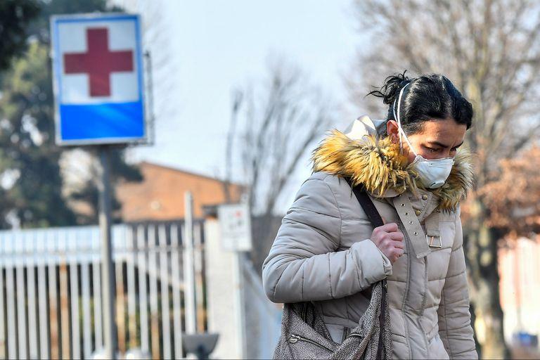 Una mujer a la salida del hospital de Codogno