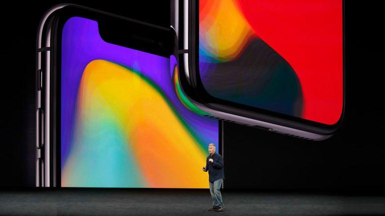 El iPhone X usa una pantalla que casi no tiene marcos laterales; desaparece el botón de inicio