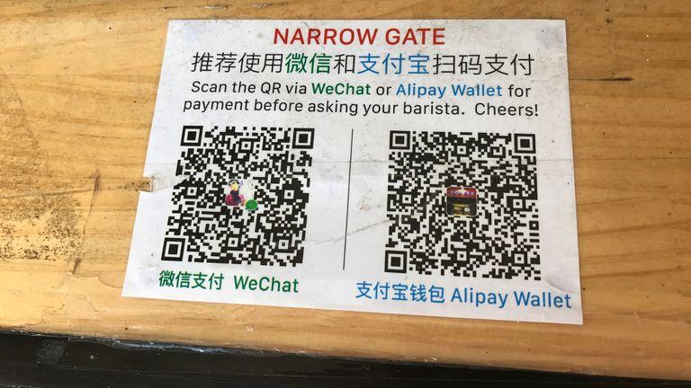 Un cartel de pago para WeChat y AliPay en China