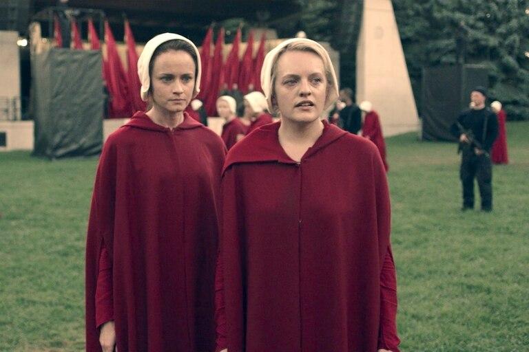 Alexis Bledel y Elisabeth Moss, protagonistas de la imperdible serie
