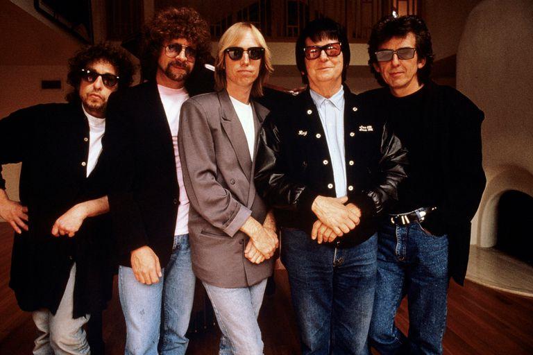 """Con The Traveling Wilburys. """"Una habitación de hotel es lo más cercano que tengo a un estudio privado"""", grafica Dylan"""