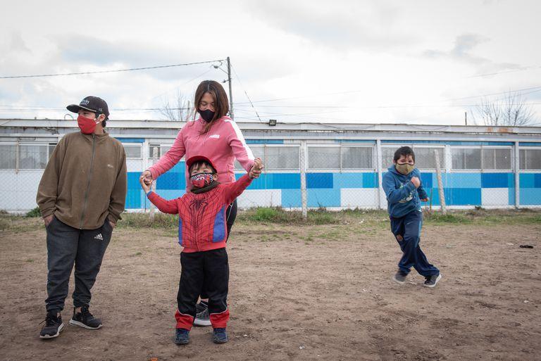 Yanina junto a tres de sus cinco hijo; ellos iban a un espacio de acompañamiento escolar que terminó brindando ayuda alimentaria por la necesidad de las familias