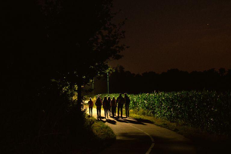 Insólito ritual holandés: abandonar a los chicos en el bosque en la noche