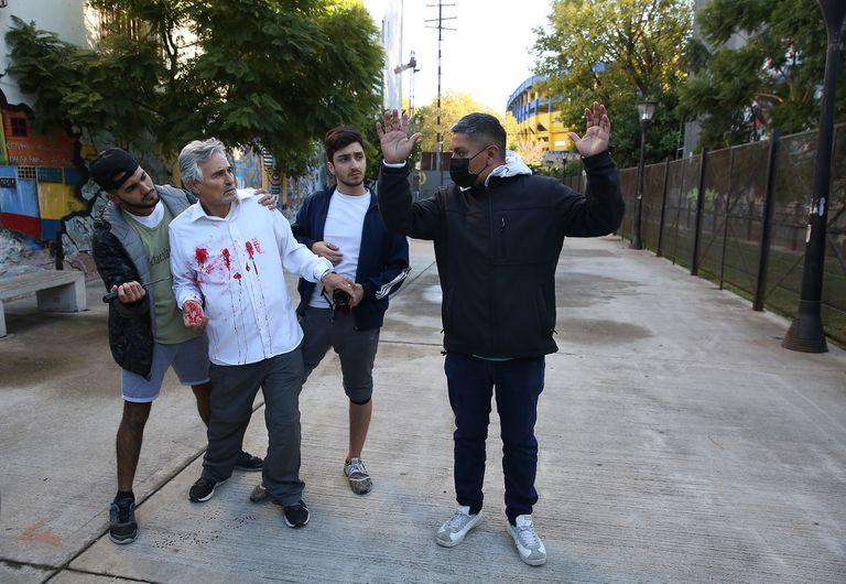Luis Chocobar, junto con los actores que representaron al turista apuñalado y a  los delincuentes