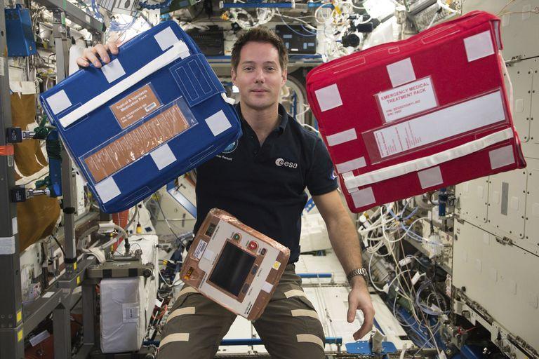 Sin un sistema de lavado, los astronautas de la Estación Espacial Internacional reutilizan varias veces sus prendas, que luego reponen mediante cargamentos que reciben de forma periódica