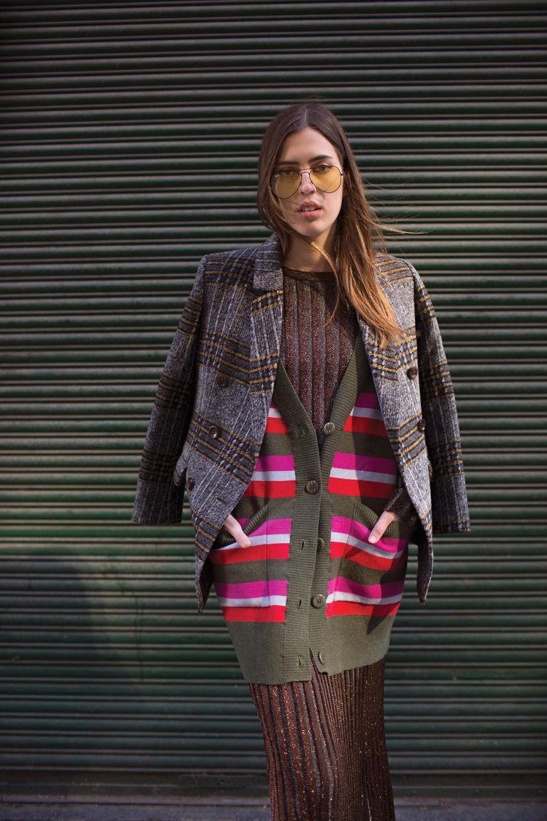 Saco con doble abotonadura de paño de lana escocés, cardigan oversized rayado, suéter acanalado de lúrex y falda coordinada [Cher]. Anteojos de sol [El ojo clínico].