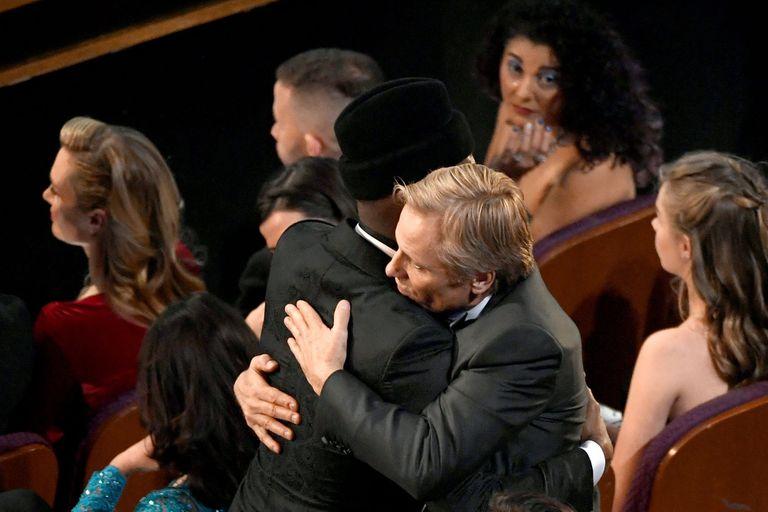 Felicitaciones: Viggo Mortensen abraza a su colega, Mahershala Ali, quien recibió el Oscar a mejor actor de reparto