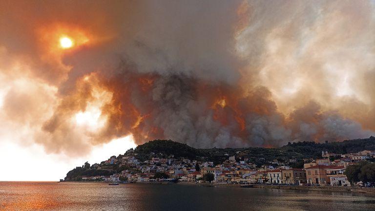 Incendios cerca del pueblo de Limni, en la isla de Evia, unos 160 kilómetros al norte de Atenas (AP Photo/Michael Pappas)