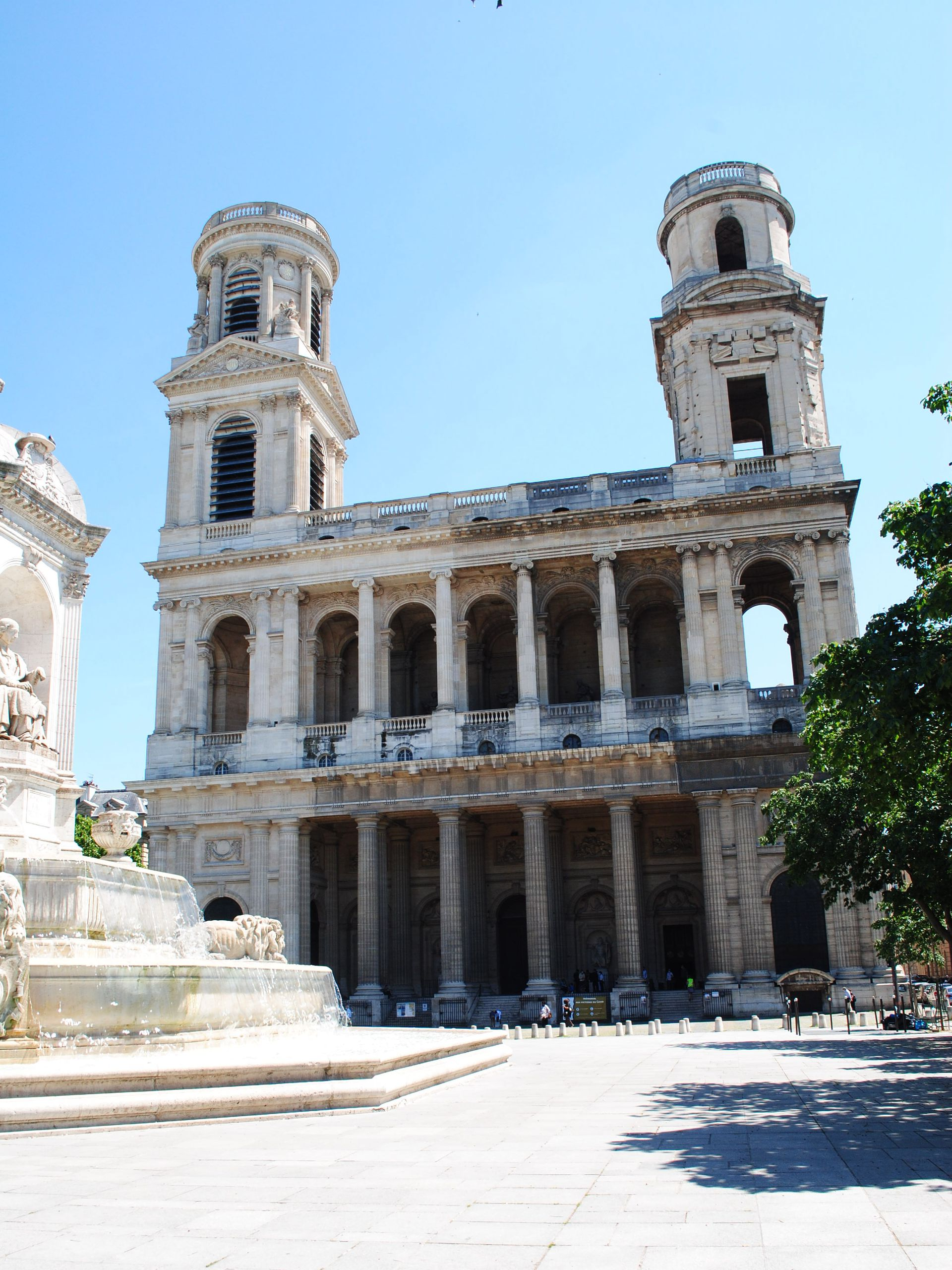 Saint Sulpice, en el barrio de Odeón, es una de las iglesias más grandes de la ciudad, aunque no tan conocida como Notre Dame.