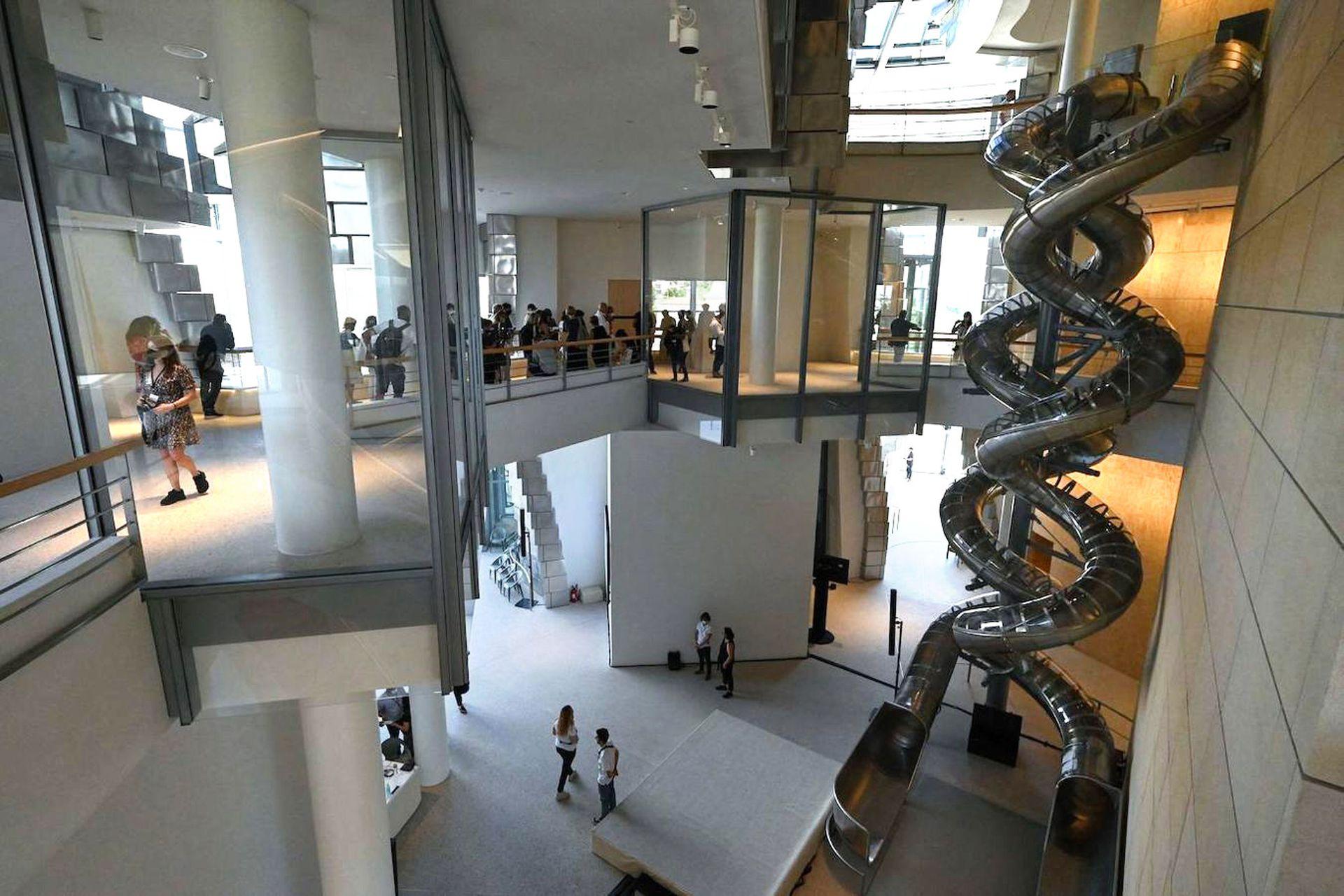 La estructura alberga varias salas de exposiciones.
