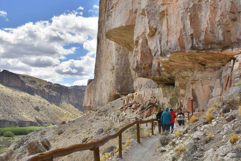 La Cueva de las Manos también tienen figuras humanas y de animales