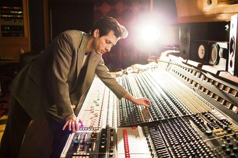 Músicos vs. productores: ¿por qué la música pop suena toda igual?