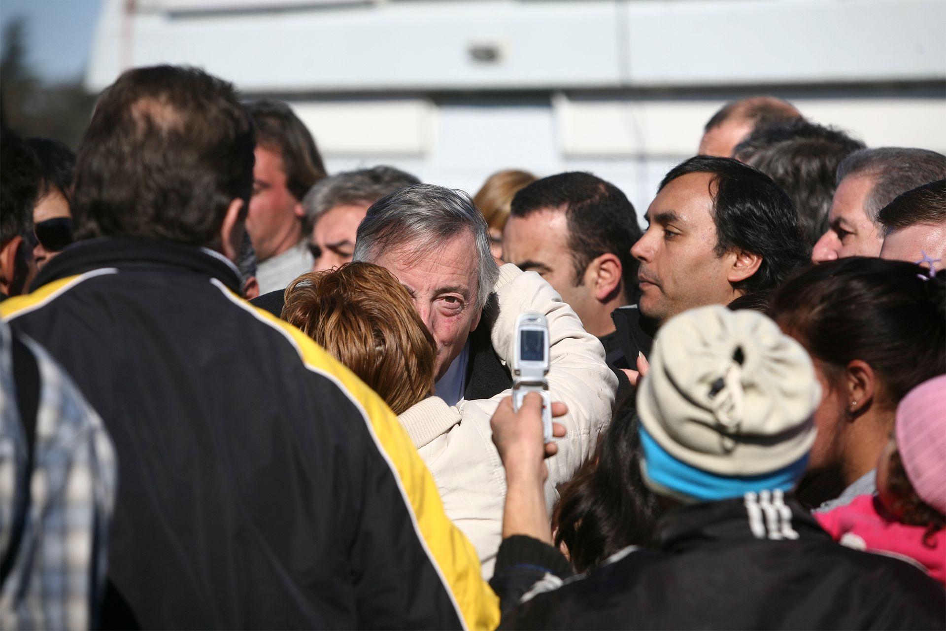 Néstor Kirchner, en campaña para las legislativas de 2009, el 24 de junio recorre el partido Malvinas Argentinas