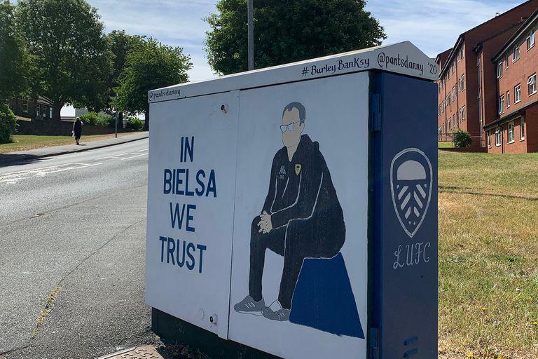 En un barrio cercano al estadio, esta imagen ya es una parada habitual de los hinchas de Leeds para tomarse una foto