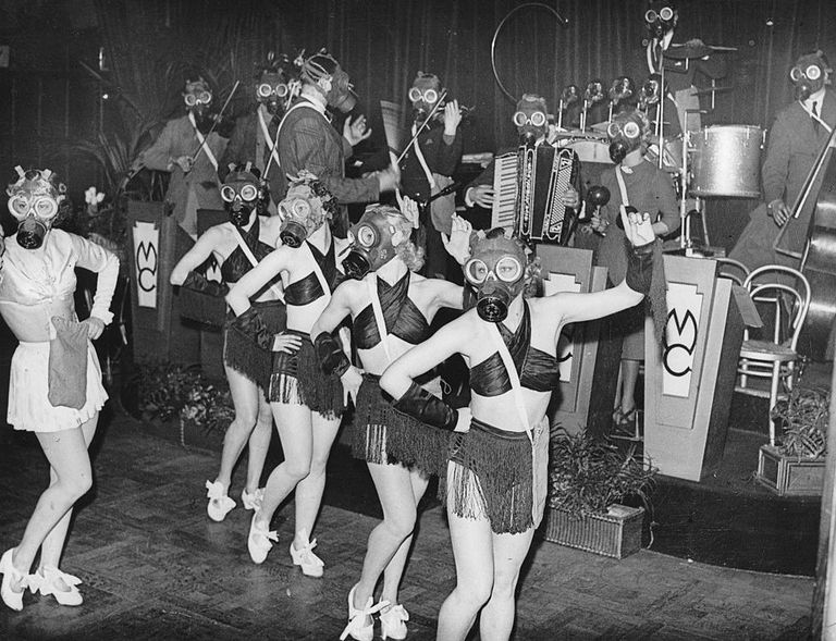 Hasta las bailarinas de cabaret en Londres llevaban máscaras de gas.