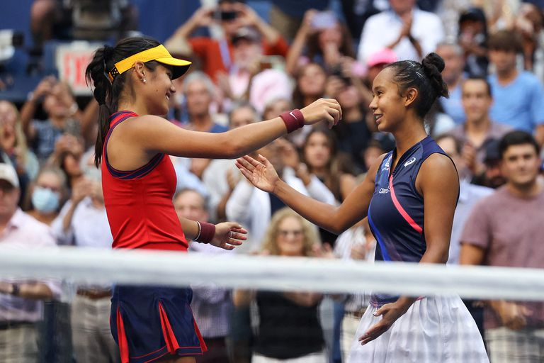 Ellas: el saludo entre Emma Raducanu y Leylah Annie Fernandez después de una final para el recuerdo