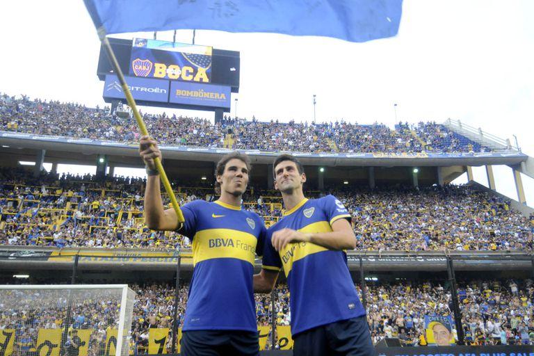 Rafa y Nole hacen flamear una bandera de Boca en la Bombonera