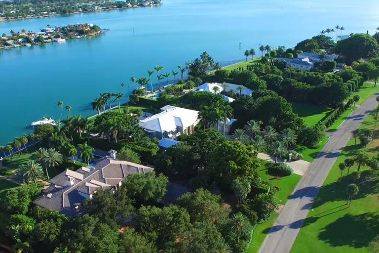 El exclusivo barrio de Indian Creek, en Miami, es accesible por tierra solo a través de un puente y está estrictamente vigilado las 24 horas del día (YouTube)