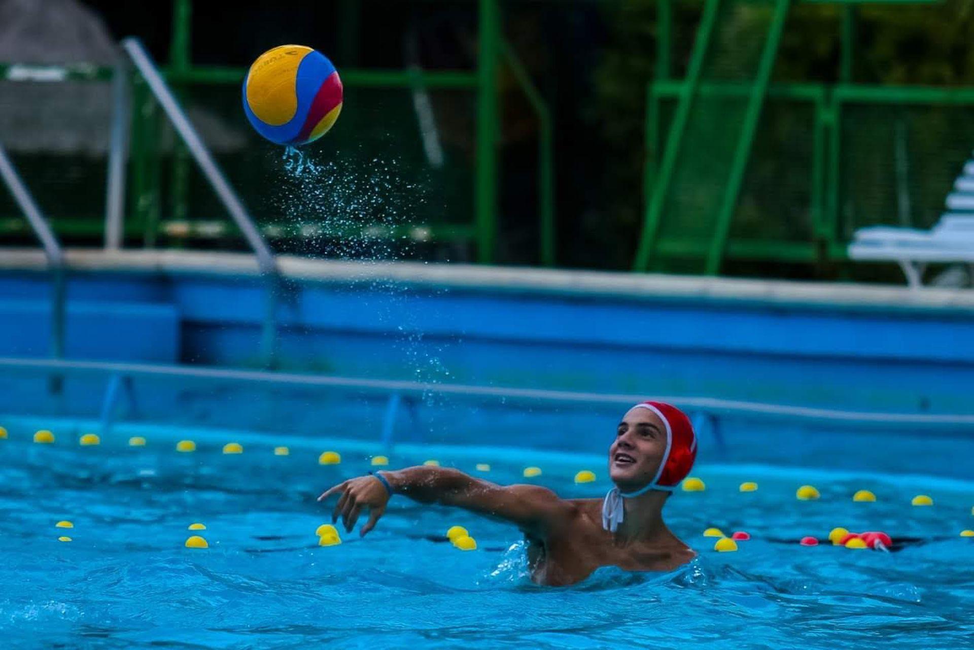 Nicolás Fernández, integrante del seleccionado, practica desde los 8 años el waterpolo