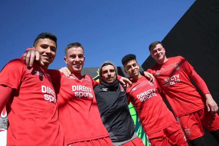 El Chapu, junto con esos chicos que hoy son compañeros en Estudiantes y no habían nacido cuando él debutó en Quilmes
