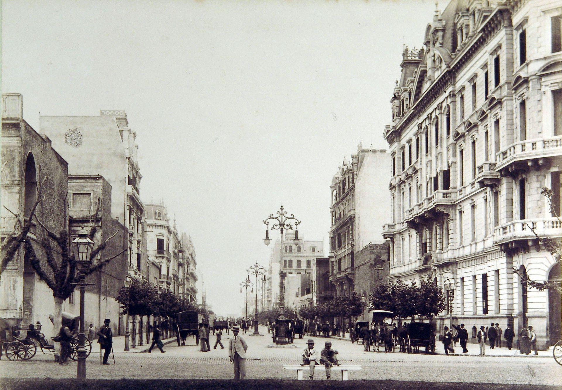 La primera cuadra de Av. de Mayo, cuando aún no estaba construido el edificio de La Prensa. En primer plano, a la izquierda el Cabildo; a la derecha, la Municipalidad.