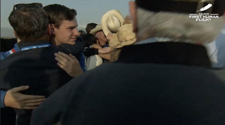 Un detalle que llamó la atención fue la profusión de sombreros tipo vaquero entre quienes recibieron a los viajeros de la New Shepard