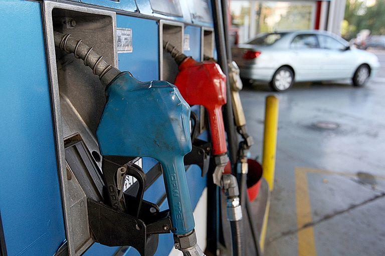 Cada vez más argentinos cruzan a Brasil y a Paraguay para cargar nafta
