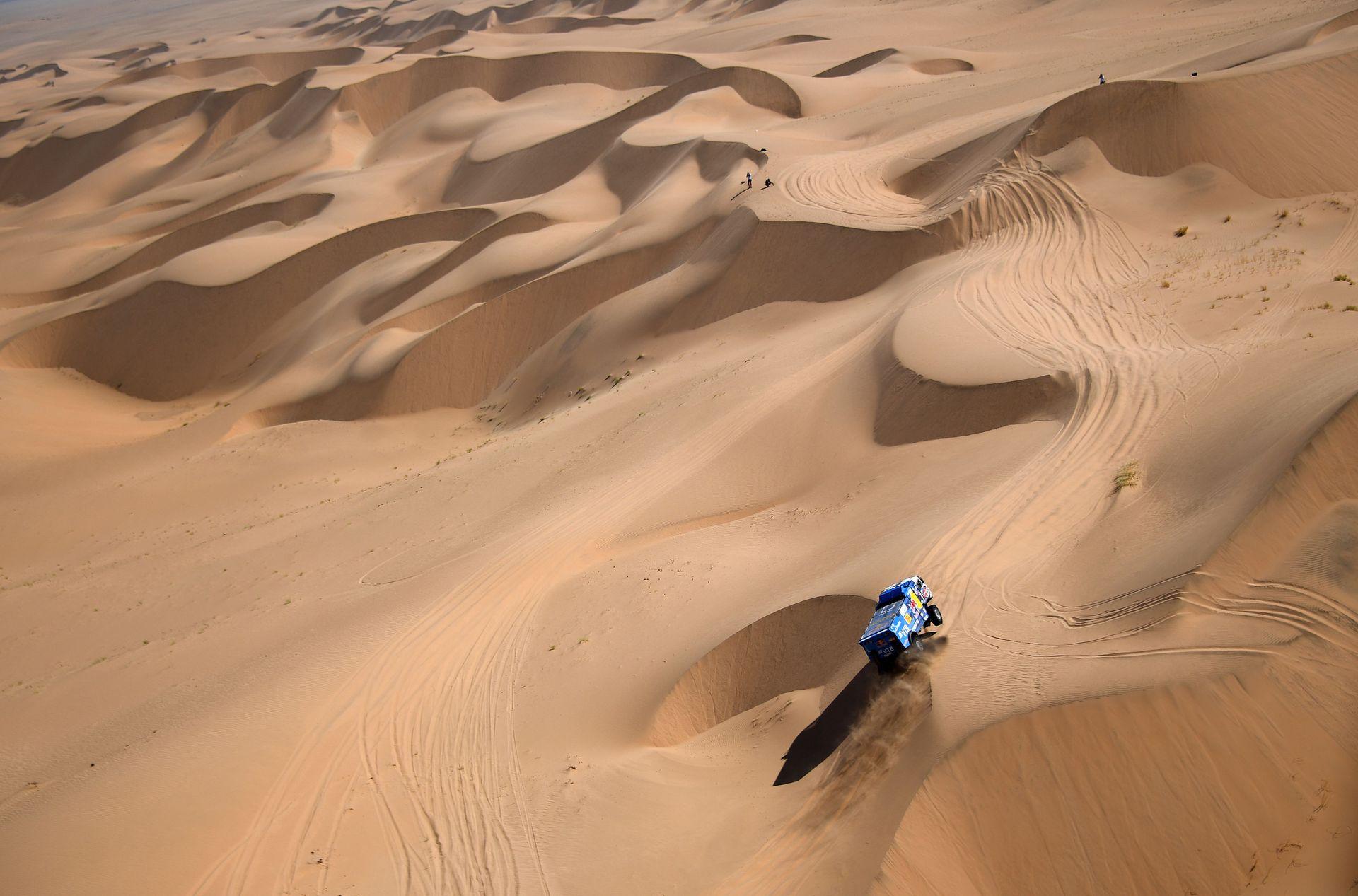 El piloto ruso de Kamaz, Anton Shibalov, y el copiloto Dmitry Nikitin e Ivan Tatarinov compiten durante la segunda etapa del Rally Dakar 2021 entre Bisha y Wadi Ad-Dawasir en Arabia Saudita